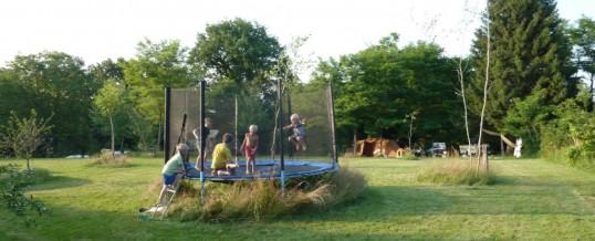 Spelen en voetballen op de camping